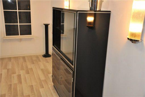 Großes Fenster mit Glas-Einlegeboden,Chromschaniere an den Türen,Zeitloses Design,Pianolack