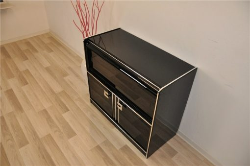 Hochglanz Schwarz, Chromgriffe und Applikationen, 2 Türen und 2 Schiebetüren aus schwarzem Glas
