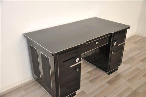 große Chromgriffe, Lederapplikationen aus Wildleder an beiden Seiten, Art Deco Schreibtisch aus Frankreich, Klavierlack