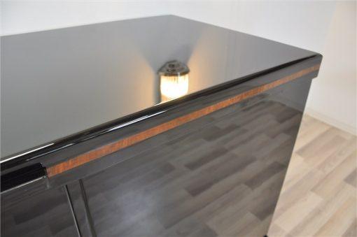 zeitloses Design in Hochglanzschwarz, 12-Lackschichten, wundervolle Füße, Kirschbaumholz Details