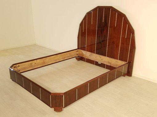 Art Deco Bett, Palisanderholz, breite Vierkantfüße, signiert Majorelle, konisch zulaufend, polygonales Kopfende, abgewinkelte Ecken