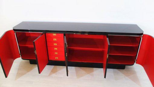 feine Chromlinien und hochglanzschwarzer Klavierlack, rotes Innenleben mit viel Stauraum, wundervoller französischer Fuß aus den 1940ern