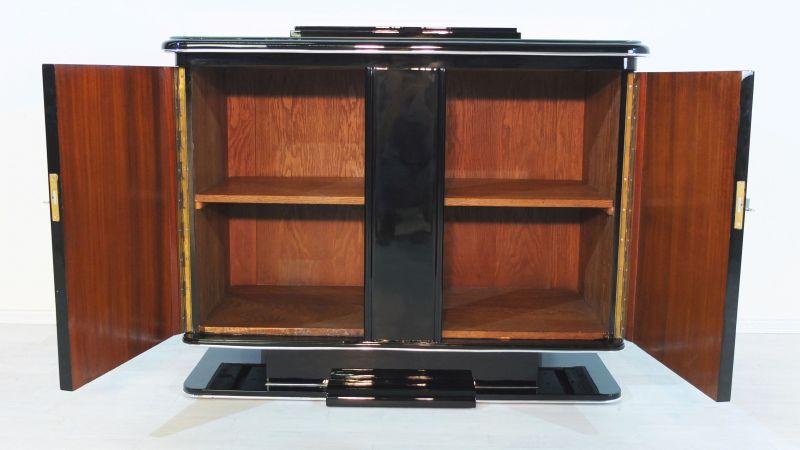 Art Deco Kommode, große Chromgriffe, Hochglanzoberfläche, einzigartige Formensprache