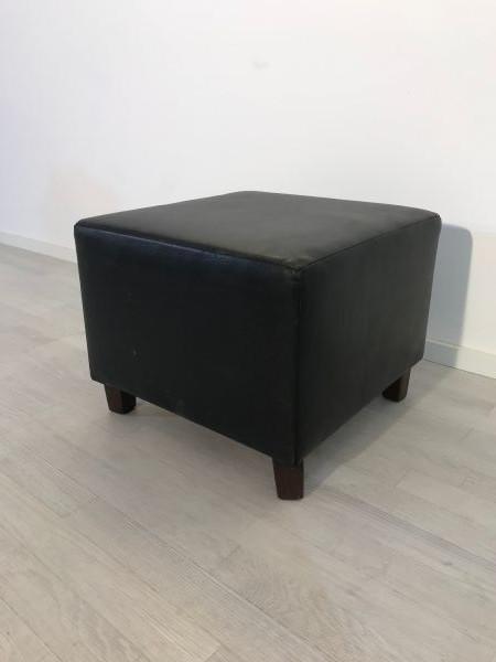 schwarz, leder, hocker, lederhocker, wohnzimmer, sessehocker, Fußhocker, design, unrestauriert, elegant, toller Fuß, Luxus