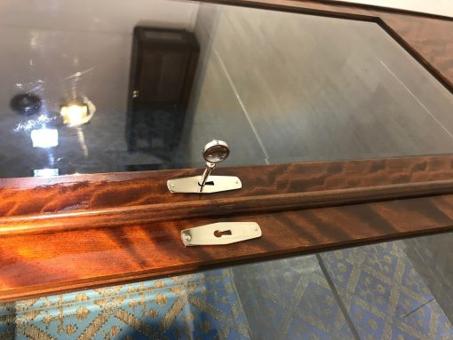 Original Art Deco Birkenholz Vitrinen mit blauem Stoff, 1940er, Designmöbel, Vintage, Antik, Vitirnen Möbel, Luxusmöbel, Design