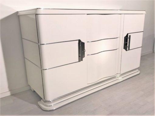 Weißes Art Deco Chrome Liner Sideboard mit schönen Chromgriffen, Art Deco Möbel, Original Art Deco, Hochglanz weiß, Chrombänder